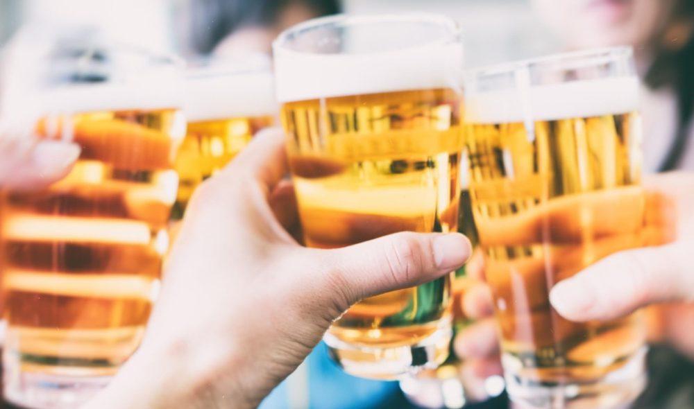 Hinter den Bergen: Warum Alkohol in Österreich Kulturgut ist