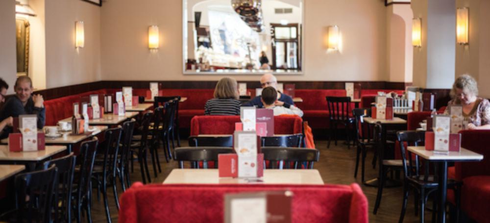Hinter den Bergen: Warum jede Stadt auf der Welt traditionelle Wiener Kaffeehäuser haben sollte
