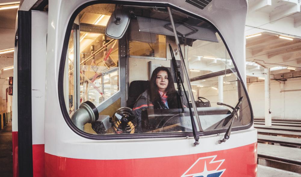 Eine Straßenbahnfahrerin sauehrlich: Angelica Josic